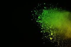 Vorstmotie van gekleurde die poederexplosie op zwarte achtergrond wordt geïsoleerd De samenvatting van Veelkleurig stof splatted Royalty-vrije Stock Foto's