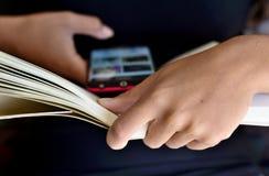 Vortäuschen, ein Buch zu lesen stockbilder