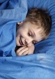 Vortäuschen zu schlafen Stockfotografie