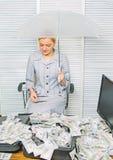 Vorteilhaftes Bedingungskonzept Frauengesch?ftsdame oder -buchhalter unter Regenschirm Reichtum und Gewinn girl h?lt einen Satz D lizenzfreie stockbilder