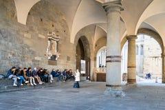 Vortrag nahe Duomo-Kathedrale in Bergamo-Stadt lizenzfreie stockfotografie