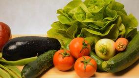 Vorwählen des Gemüses von einem Stapel stock footage