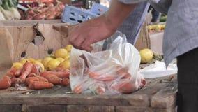 Vorwählen von Karotten an der rustikalen Messe stock footage