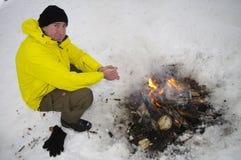 Vorwärmung am Lagerfeuer lizenzfreies stockfoto