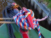 Vorwärtsliegeplatzbeitrag auf Kanal narrowboat stockfotografie