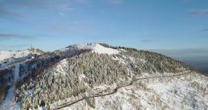 Vorwärtsvon der luftdraufsicht über weißes Schneegebirgstal im Winter Forest Woods Snowy-Gebirgsstraßen-Weg establisher stock footage