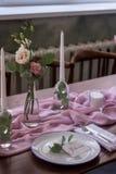 Vorzüglich verzierte Hochzeitstafel mit Blumenstrauß von Rosen lizenzfreie stockbilder