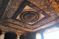 Vorzüglich geschnitzte Decke von mantapa, stein-geschnittener Tempel Ravanaphadi, Aihole, Bagalkot, Karnataka stockbild