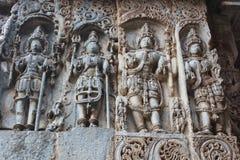 Vorzüglich ornated Entlastung Carvings auf äußerer Wand von Hoysaleswara-Tempel stockfotografie