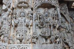 Vorzüglich ornated Entlastung Carvings auf äußerer Wand von Hoysaleswara-Tempel stockbilder