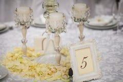 Vorzüglich verzierte Hochzeitstafeleinstellung Stockfotografie