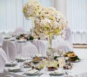 Vorzüglich verzierte Hochzeitstafeleinstellung stockfotos