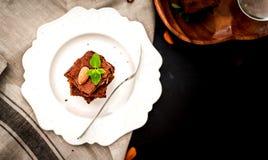 vorzüglicher frisch zubereiteter Schokoladenschokoladenkuchenkuchen auf einer Draufsicht der weißen Porzellanplatte lizenzfreie stockfotografie