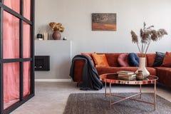 Vorzüglicher Wohnzimmerinnenraum mit modernen Möbeln und Wand mit Mittelpfosten stockfotos