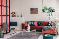 Vorzüglicher Wohnzimmerinnenraum mit modernen Möbeln und Wand mit Mittelpfosten lizenzfreie stockfotos