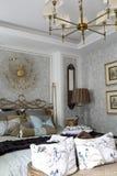 Vorzügliches luxuriöses Schlafzimmer im natürlichen Licht Lizenzfreie Stockfotografie