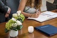 Vorzeichenregister der eleganten Braut der Heirat, Behälter und Hochzeitspaare der amtlichen Urkunde Stockfotografie