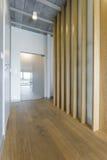 Vorzimmer, das Richtung der Geräumigkeit und der Modernität gibt Stockbild