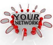 Vos collègues d'amies de personnes de réseau parlant en cercle Image stock