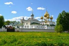 Voskresenskyklooster, de 17de eeuw, in de zomerdag Uglich, Yaroslavl-gebied stock foto's