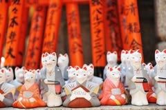 Vossen bij het heiligdom van Fushimi Inari Stock Foto