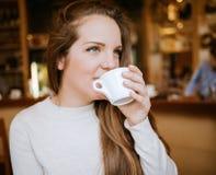 Vostro bere della ragazza Fotografia Stock Libera da Diritti