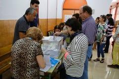 Votação na estação de votação durante o dia de eleições na Espanha Fotografia de Stock