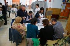 Votação na estação de votação durante o dia de eleições na Espanha Fotos de Stock