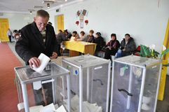 Votando nel seggio elettorale in Ucraina fotografia stock