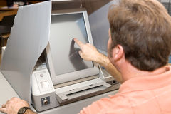 Votando sullo schermo di tocco Fotografia Stock Libera da Diritti