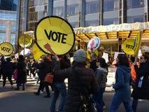 Votantes americanos, marzo para nuestras vidas, protesta, hotel internacional y torre, NYC, NY, los E.E.U.U. del triunfo Fotos de archivo