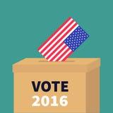 Vote 2016 de jour d'élection de président Boîte de vote de vote avec le concept de bulletin de blanc de papier de drapeau américa Images stock