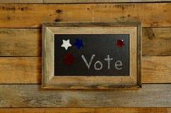 Vote la escritura, rodeada por las estrellas rojas, blancas y azules Fotos de archivo