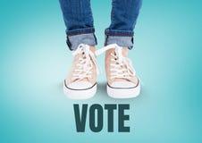 Vote o texto e sapatas bege nos pés com fundo azul Foto de Stock Royalty Free