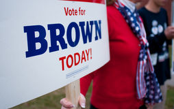 Voter holds Scott Brown campaign sign in New Hampshire royalty free stock photos