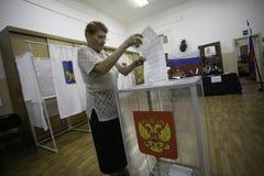 Voti anziani di una donna nell'elezione del sindaco della città di Vladivostok fotografie stock libere da diritti