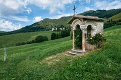 Votive capital, immersed in the Italian countryside