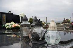 Votive kaarsenlantaarn op het graf in Slowaakse begraafplaats Al Saints& x27; Dag Plechtigheid van Alle Heiligen Allen zegent Voo stock foto