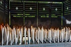 Votive Kerzen brennt in Lourdes Stockfotografie