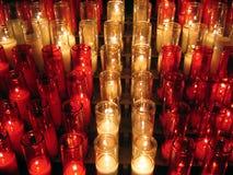 Votive Kerzen ein Kreuz bildend Stockfoto