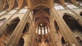 Votive kyrka, neo-gotisk kyrka, denmest h?gv?xta kyrkan i Wien Inre av den kyrkliga insidan stock video