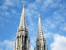 Votive kyrkliga tornspiror i Wien royaltyfri foto