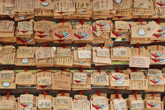 Votive plaques worden gehangen in de binnenplaats van een shintoist heiligdom (Japan) Stock Foto's