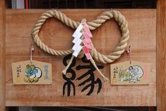 Votive plattor hängdes i borggården av en shintoistrelikskrin i Kyoto (Japan) Royaltyfri Foto