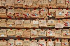 Votive plattor hängs i borggården av en shintoistrelikskrin (Japan) arkivfoton
