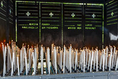 Votive stearinljus bränner på Lourdes Arkivbild