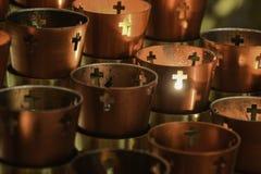 Votive stearinljus för bön royaltyfria bilder
