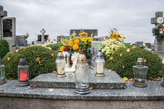 Votive stearinljus lykta på graven i slovakisk kyrkogård All Saints& x27; Dag Helgon för högtidlighet allra all helgdagsafton hal Royaltyfria Bilder