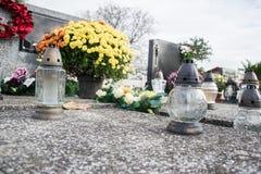Votive stearinljus lykta på graven i slovakisk kyrkogård All Saints& x27; Dag Helgon för högtidlighet allra all helgdagsafton hal Royaltyfri Bild
