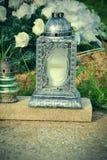 Votive stearinljus lykta på graven i slovakisk kyrkogård All Saints& x27; Dag Helgon för högtidlighet allra all helgdagsafton hal Royaltyfri Foto